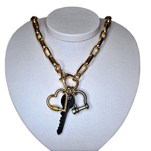 Colar dourado com pingentes chave, coração e fecho