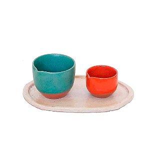 Conjunto com 02 copos biquinho e bandeja em cerâmica vitrificada