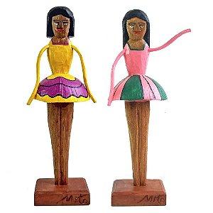 Escultura de bailarina entalhada na madeira