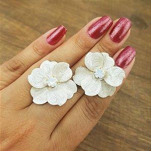 Brinco flor em madrepérola esmaltada