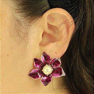 Brinco de flor esmaltado em roxo com pérola