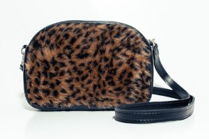 Bolsa que vira pochete pelúcia animal print