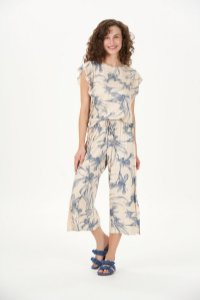 Pijama Feminino Adulto Manga Curta com Calça Pantacourt Floral