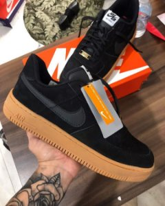 NIKE AIR FORCE  PRETO CARAMELO - MASC / FEM