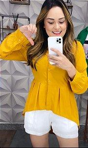 Camisa mullet com botões em viscose. Na cor mostarda