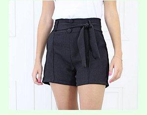 Shorts de linho com bolso, cinto e botões forrados. Na cor Preta