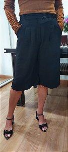 Calça bermuda pantacourt com bolso e cinto, em tecido crepe de air flow. Na cor Preta