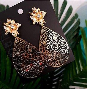Brinco Gota Desenhada Dourada com Flor - BA838DR