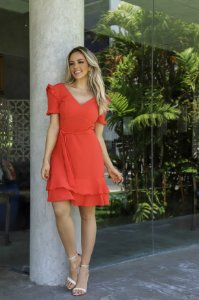 vestido com manga drapeada