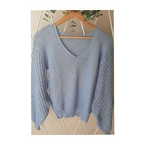 Blusa em tricot com decote V e manga fofa.