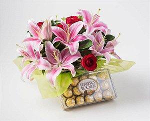 Buquê de Lírio Rosa e Rosas Vermelhas com Bombons Ferrero Rocher 12un