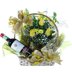 Cesta de Flores com Rosas Amarelas,Vinho e Taças de Cristal