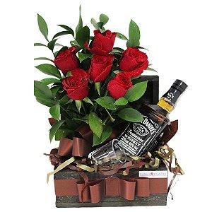 Baú de Whisky Jack Daniel's e Arranjo de Rosas Vermelhas
