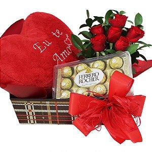 Cesta de Bombons com Arranjo de rosas e Coração de Pelúcia