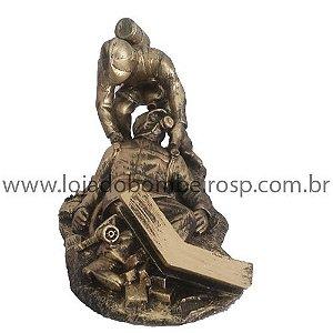 Estatueta Bombeiro Escombro