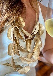 Colar dourado de escamas de pirarucu
