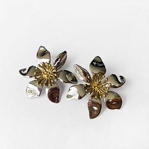 Brinco Mini Cattleya níquel miolo ouro
