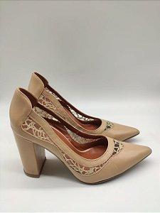 Sapato com Detalhes em Renda Bico Fino e Salto Grosso Gabriela Sanchez