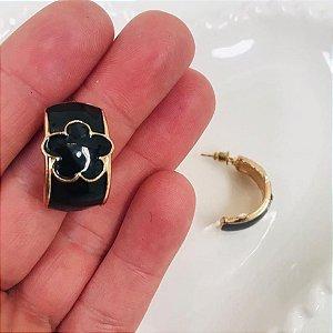 Brinco dourado com resina preto
