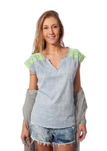 Blusa cinza com bordado no ombro