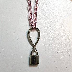 Colar de corrente rosa pink com mosquetão e pingente de cadeado liso.
