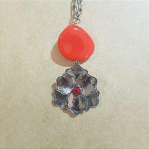 Colar de corrente prata com pedra vermelha e pingente de flor