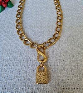 Colar de corrente dourada grossa, mosquetão e cadeado strass