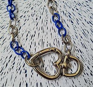 Colar corrente azul e prata e mosquetão coração
