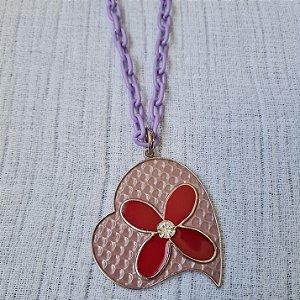 Colar de corrente lilás e pingente de coração com flor