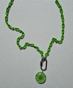 Colar longo de corrente verde e pingente bola com flor verde