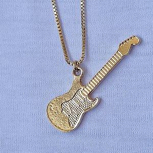 Colar curto dourado com pingente de guitarra