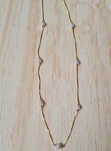 Colar curto dourado com pérolas pequenas