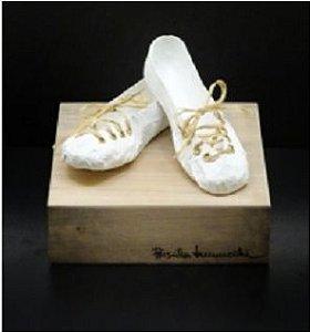 Escultura Par de Sapatos branco 18x22x22cm