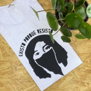 """Camiseta """"Existo porque resisto""""   Tamanho M"""