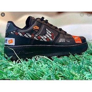 Tênis Nike Air Force + 1 GRÁTIS preto/ branco Just Do It- Edição Limitada