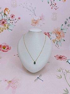 Colar dourado com gota verde esmeralda