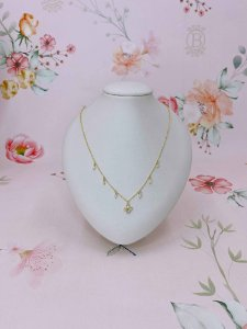 Colar dourado com mini pérolas e pingente de flor