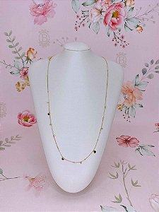 Body chain (colar ou cinto) dourado com plaquinhas , bolinhas e pedrinhas.