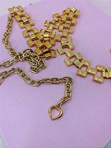 Cinto de corrente dourado com design quadrado