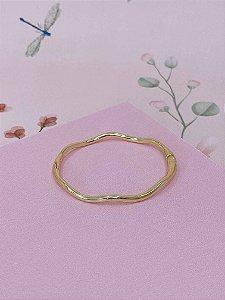 Pulseira bracelete dourado fino com ondas.