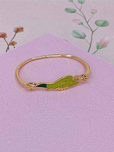 Pulseira bracelete dourado com Arara esmaltada em tons de verde