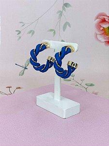 Brinco argola dourada com detalhes em courino trançado - bege, marrom, marrom escuro ou azul