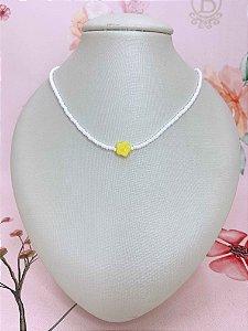 Colar mini miçangas brancas e Flor amarela