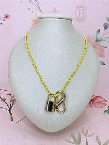 Colar mini elos e pingente dourado de mosquetão e cadeado - amarelo ou rosa