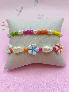 Pulseira kit com miçangas coloridas e florzinhas mescladas