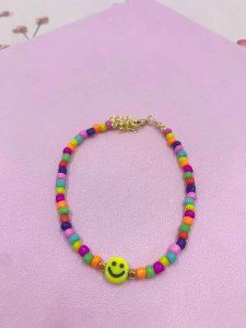 Tornozeleira Smile e miçangas coloridas