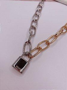 Corrente prata com dourado - pingente cadeado