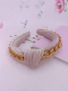 Arco tecido rosa claro com nó e correntes dourada