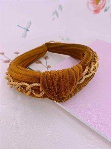 Arco tecido caramelo com nó e correntes dourada