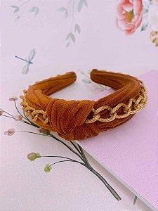 Arco tecido terracota com nó e correntes dourada